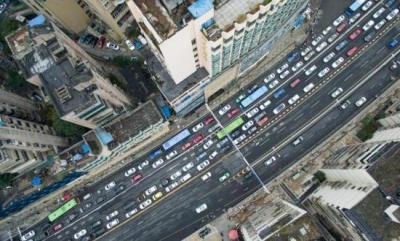 航拍路段堵车情况。 <a target='_blank'  data-cke-saved-href='http://www.chinanews.com/' href='http://www.chinanews.com/'><p  align=