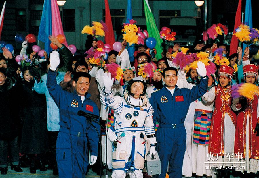 2003年10月15日-神舟五号航天员杨利伟在酒泉卫星发射中心参加航天员出征仪式--摄影:朱九通.jpg