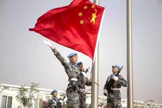 中国维和部队官兵在维和任务区营地升起五星红旗(资料图)图片