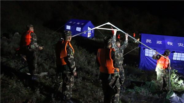 白玉县巴吉村安置点 武警官兵连夜搭建20多顶帐篷.jpg
