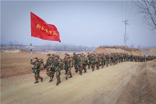 扛着火红的队旗,迎着刺骨的寒风,属于他们的人生第一场征程正式开始。赵江涛摄_副本1.jpg