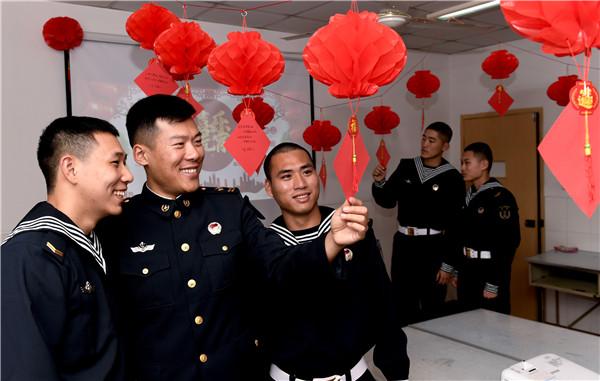 2月19日,东部战区海军某基地教导大队官兵饶有兴趣猜灯谜。刘勇摄 (3).jpg