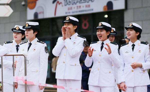 4月20日,在半程马拉松赛现场,官兵们为参赛的战友和市民们加油呐喊。刘勇-摄.jpg