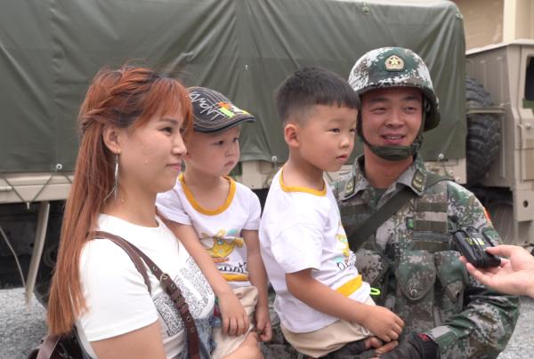 军械能手项目榴弹炮修理赛,中方参赛队组长程闯一家四口接受记者采访。.jpg
