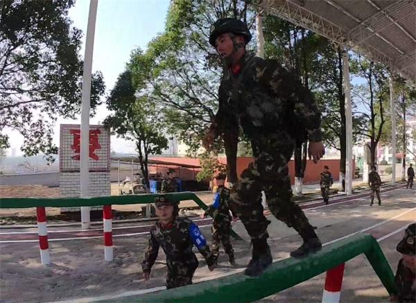 看武警特战队员如何满分实装通过200米障碍_看图王.jpg