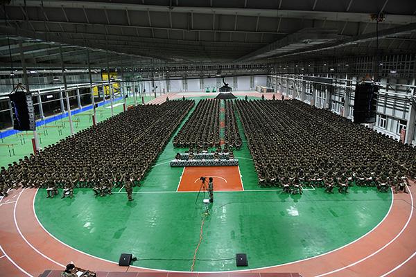 全旅官兵隆重集合在室内训练大棚组织集中授课    韩一民摄.JPG