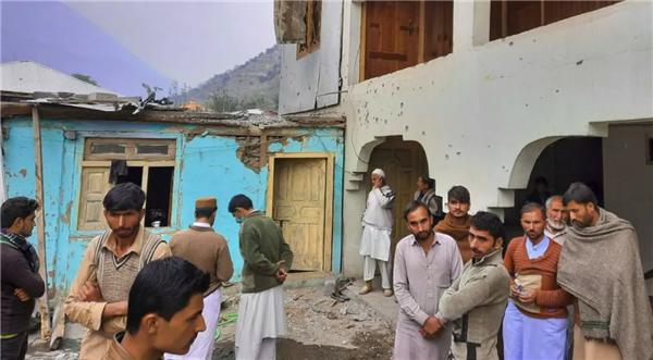 1 当地平民聚集在被炮击后受损的房子里.png