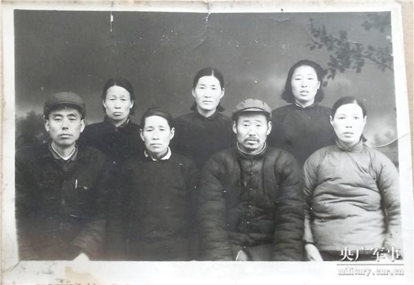 5.李占雨烈士的弟弟、弟媳和妹妹、妹夫当年的合影.jpg