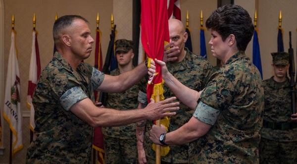 在海军陆战队太空司令部成立仪式上马修·格拉维将军(左)接过旗帜.jpg