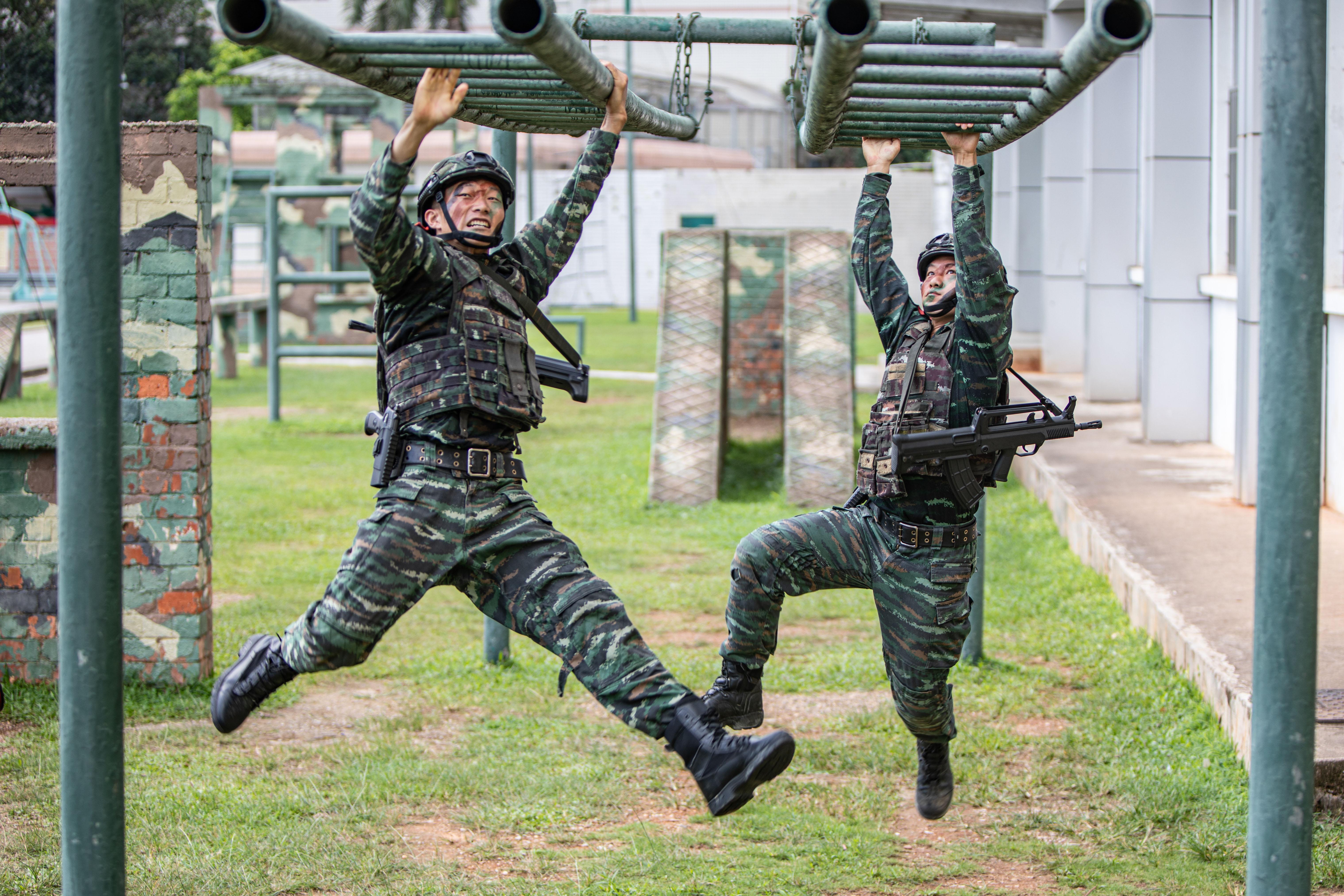 3、2021年7月10日,两名特战队员在进行通过水平悬梯训练。.jpg