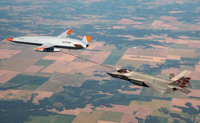 MQ-25无人机为F-35C战斗机加油.png
