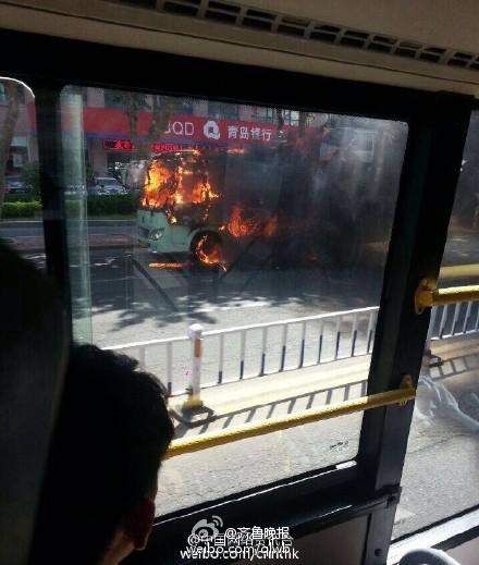 威海一公交车发生起火 大火包围整辆公交车