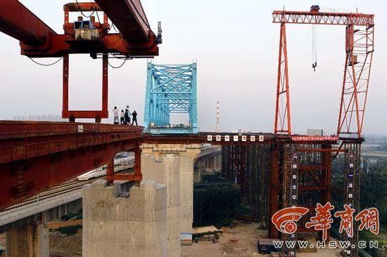 桥梁走秀 2800吨钢桁梁28米高空横移38米(组图)图片