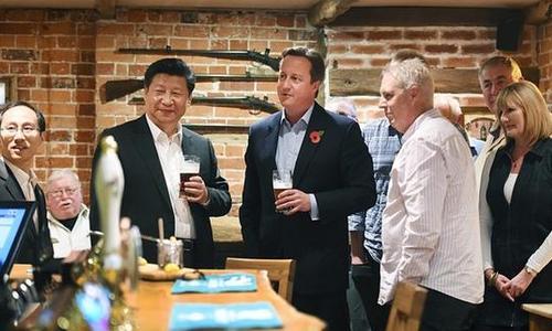 习近平与卡梅伦在酒吧与外面边民群扳谈