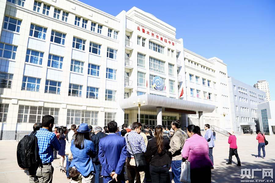 中外高中采访团来到乌鲁木齐市高级中学采访校园活动媒体图片