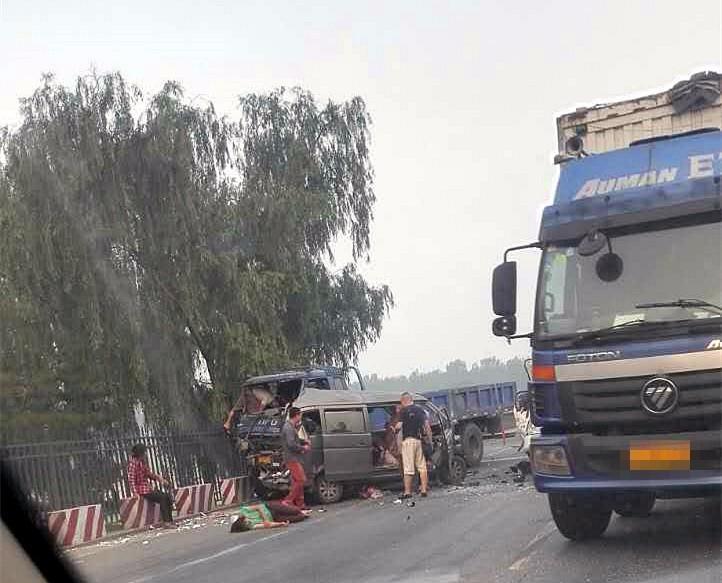 一面包车逆行酿车祸 车上多人生死未卜