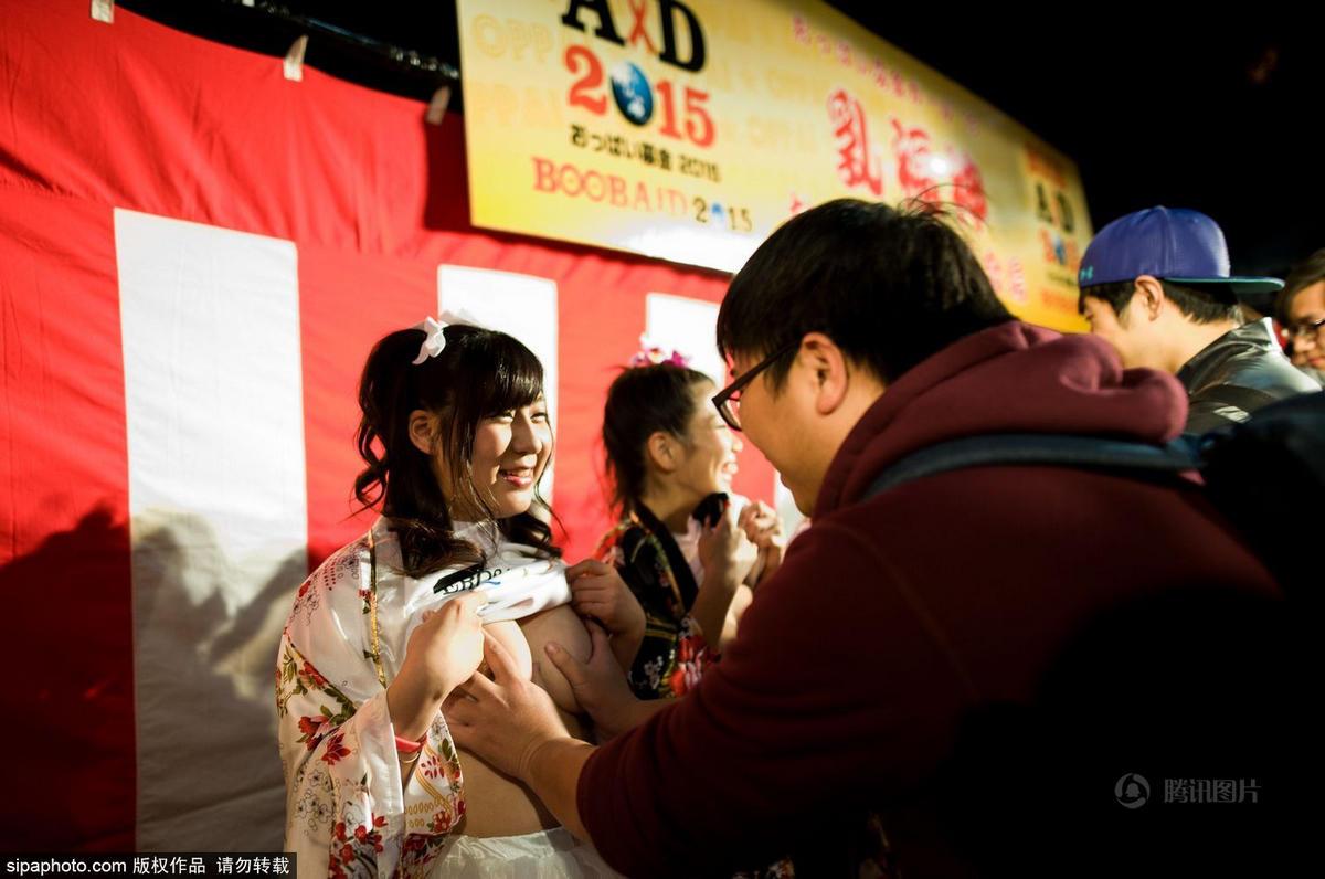 12月5日,日本东京,当地举办抹胸慈善捐款,7名av女优活动现场大胆
